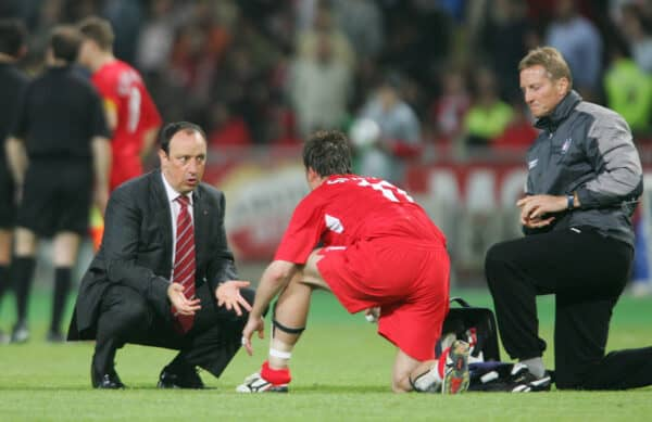 ISTANBUL, TURKEY - WEDNESDAY, MAY 25th, 2005: Liverpool's manager Rafael Benitez talks to Vladimir Smicer as the game goes into extra time against AC Milan during the UEFA Champions League Final at the Ataturk Olympic Stadium, Istanbul. (Pic by David Rawcliffe/Propaganda)