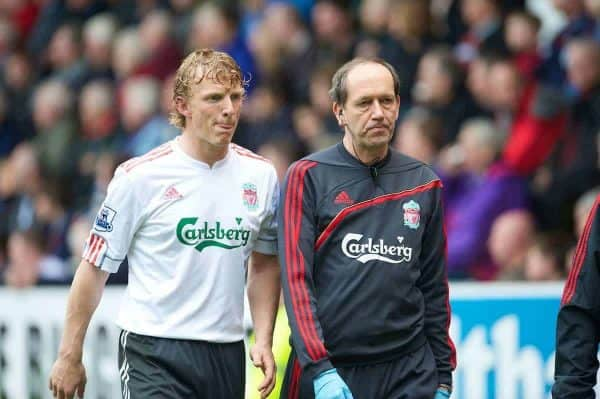 BURNLEY, ENGLAND - Sunday, April 25, 2010: Liverpool's Dirk Kuyt limps off injured with club Doctor Mark Waller during the Premiership match against Burnley at Turf Moor. (Photo by David Rawcliffe/Propaganda)