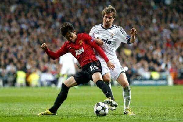 13.02.2013, Estadio Santiago Bernabeu, Madrid, ESP, UEFA CL, Real Madrid vs Manchester United, Achtelfinale, Hinspiel, im Bild Real Madrid's Fabio Coentrao (r) and Manchester United's Shinji Kagawa // during UEFA Champions League knockout round 1st leg match between Real Madrid and Manchester United at the Estadio Santiago Bernabeu, Madrid, Spain on 2013/02/13. EXPA Pictures © 2013, PhotoCredit: EXPA/ Alterphotos/ Alex Cid-Fuentes