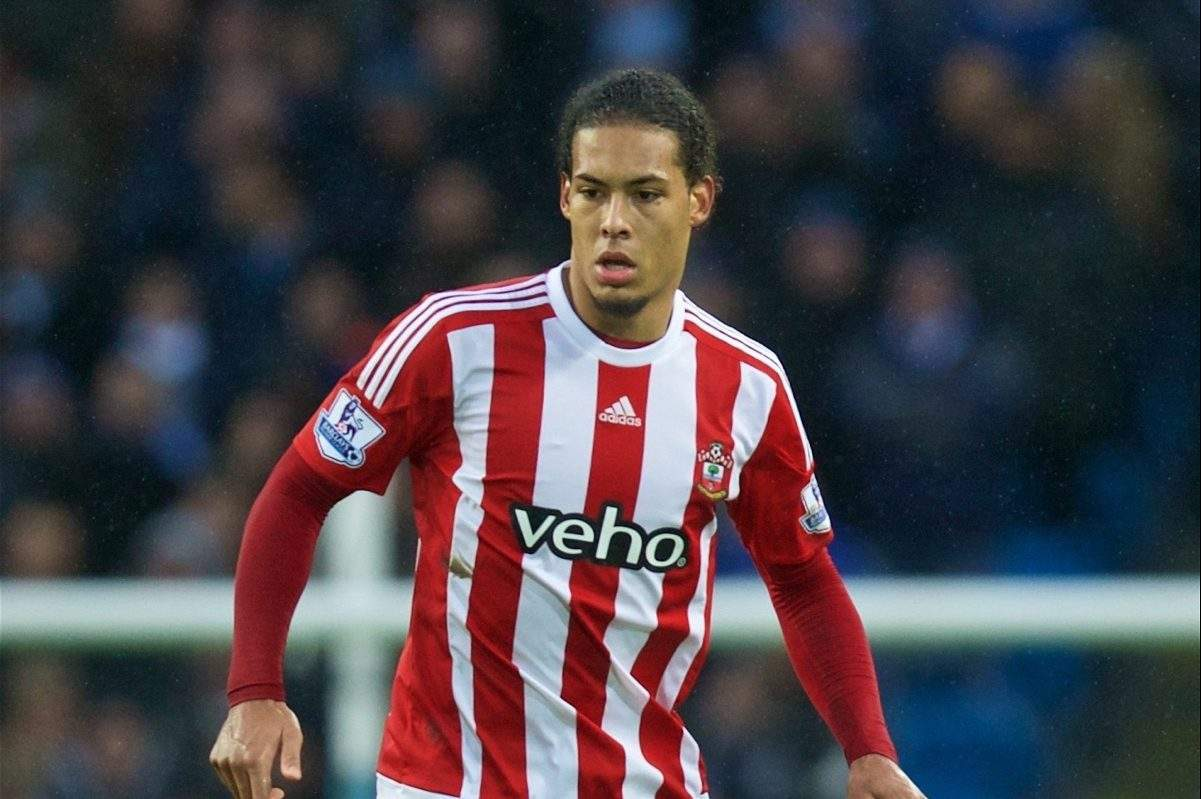 MANCHESTER, ENGLAND - Saturday, November 28, 2015: Southampton's Virgil Van Dijk in action against Manchester City during the Premier League match at the City of Manchester Stadium. (Pic by David Rawcliffe/Propaganda)