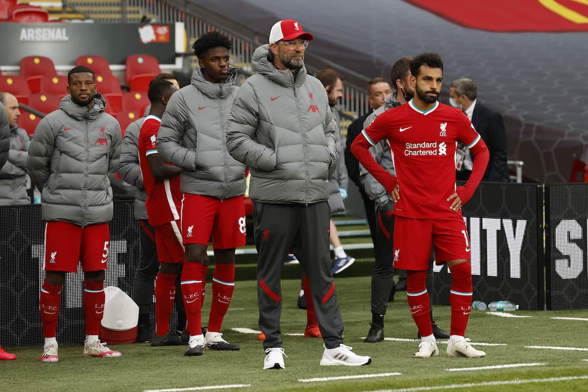 LONDON, ENGLAND - Saturday, August 29, 2020: Liverpool's manager Jürgen Klopp (C) and Mohamed Salah look dejected as their side lose 5-4 in a penalty shoot-out following a 1-1 draw during the FA Community Shield match between FA Premier League Champions Liverpool FC and FA Cup Winners Arsenal FC. The game was played behind closed doors. Arsenal won 5-4 on penalties. (Credit: Eddie Keogh/The FA)