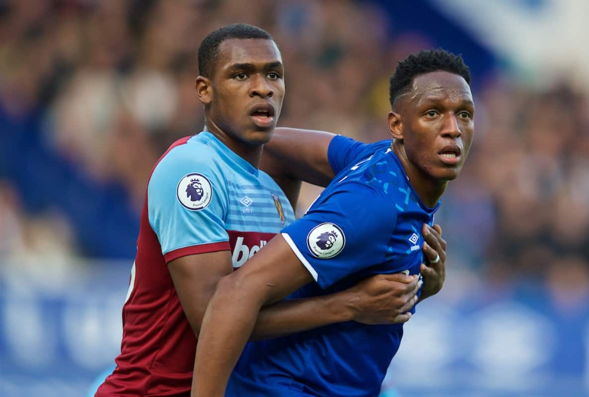 LIVERPOOL, ENGLAND - Saturday, October 19, 2019: West Ham United's Issa Diop (L) and Everton's Yerry Mina during the FA Premier League match between Everton FC and West Ham United FC at Goodison Park. (Pic by David Rawcliffe/Propaganda)