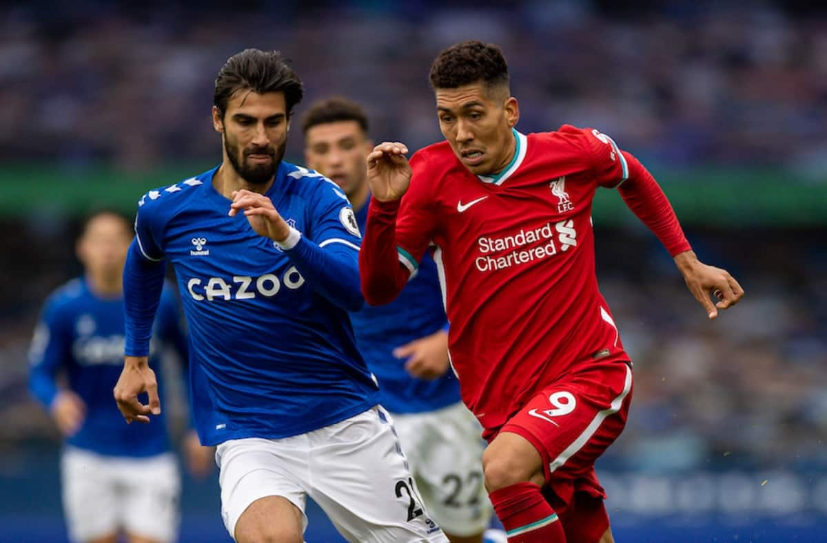 LIVERPOOL, ENGLAND - Saturday, October 17, 2020: Liverpool's Roberto Firmino (R) gets away from Everton's André Gomes during the FA Premier League match between Everton FC and Liverpool FC, the 237th Merseyside Derby, at Goodison Park. The game was played behind closed doors due to the UK government's social distancing laws during the Coronavirus COVID-19 Pandemic. The game ended in a 2-2 draw. (Pic by David Rawcliffe/Propaganda)
