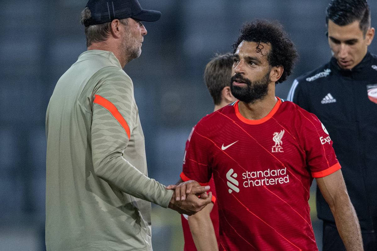 INNSBRUCK, AUSTRIA - Thursday, July 29, 2021: Liverpool's manager Jürgen Klopp (L) and Mohamed Salah during a pre-season friendly match between Liverpool FC and Hertha BSC at the Tivoli Stadion. Liverpool lost 4-3. (Pic by Jürgen Faichter/Propaganda)