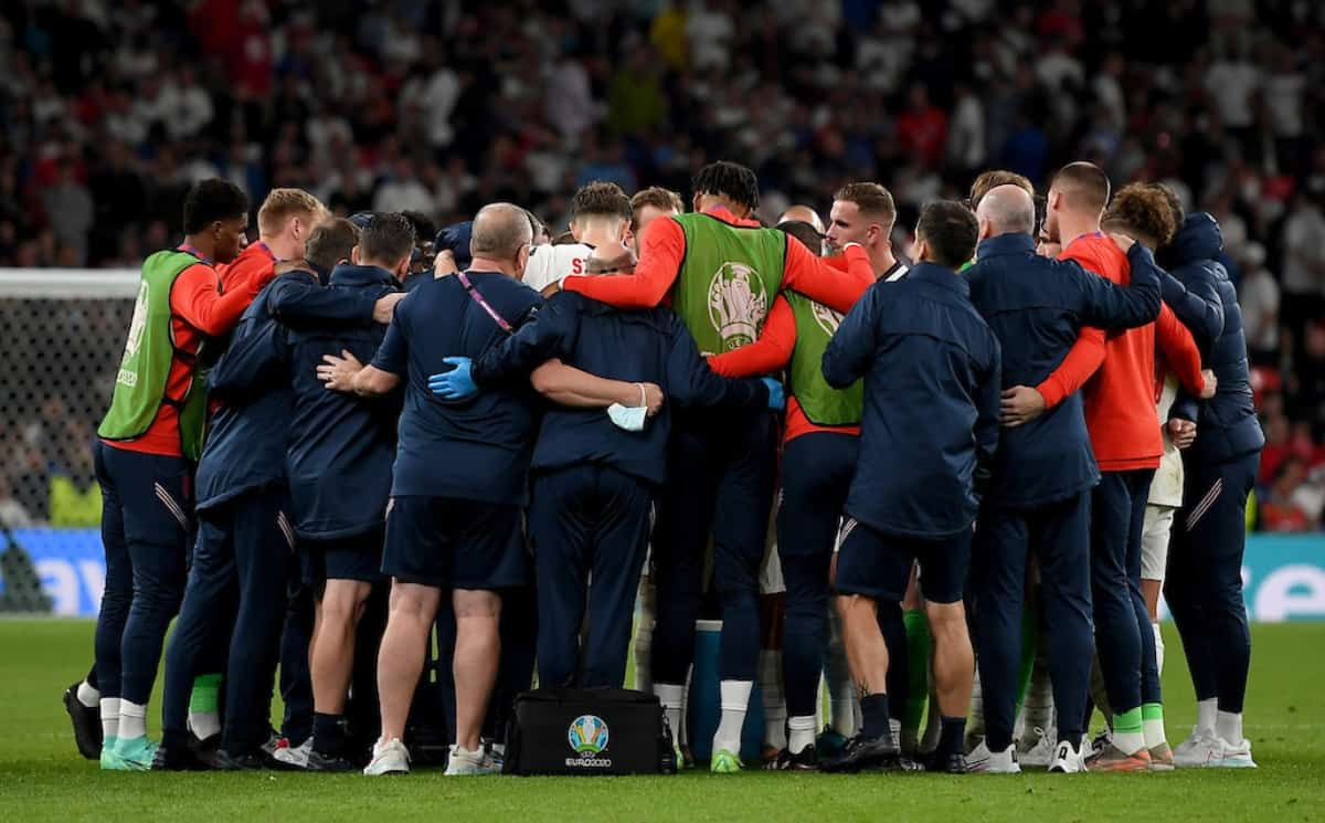 LONDON, ENGLAND - JULY 11: Players of England form a huddle before extra-time during the UEFA Euro 2020 Championship Final between Italy and England at Wembley Stadium on July 11, 2021 in London, England. (Photo by Michael Regan - UEFA/UEFA via Getty Images)