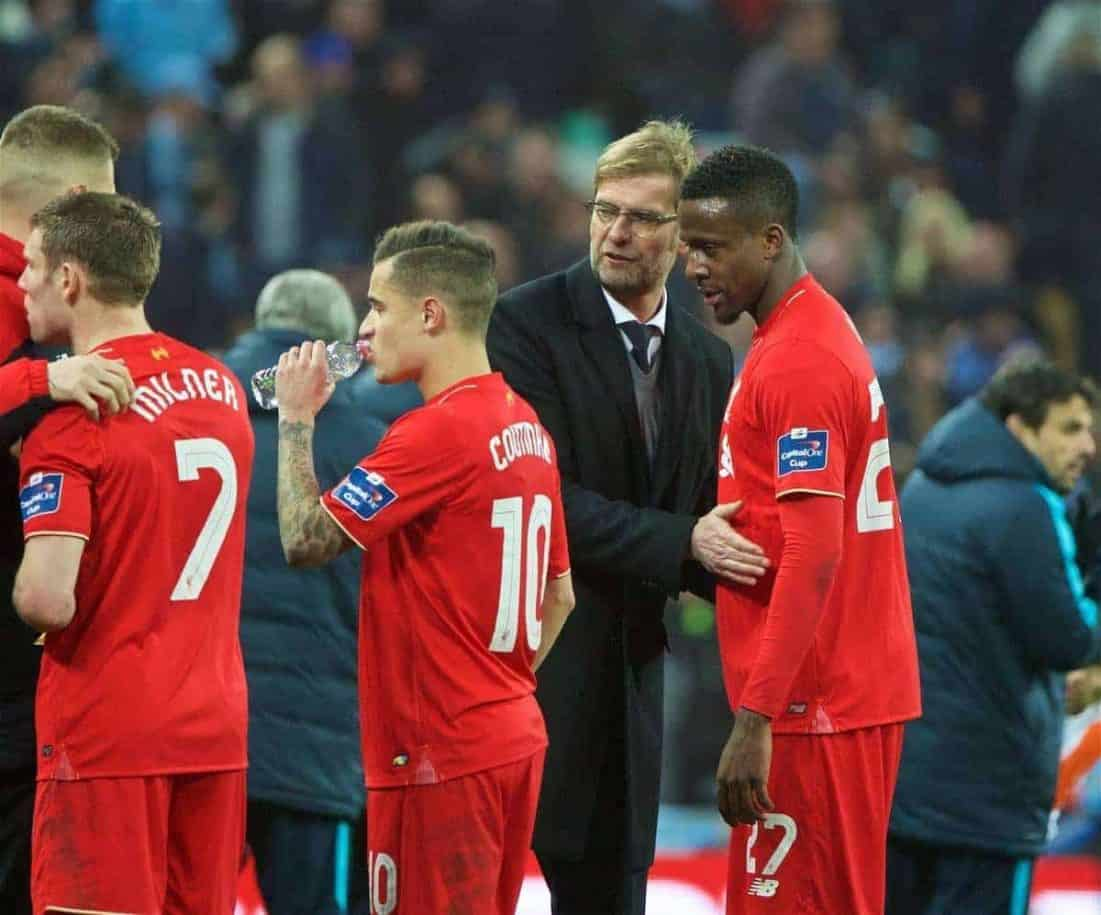 LONDON, ENGLAND - Sunday, February 28, 2016: Liverpool's manager Jürgen Klopp speaks with Divock Origi as his hide prepare for extra-time against Manchester City during the Football League Cup Final match at Wembley Stadium. (Pic by David Rawcliffe/Propaganda)