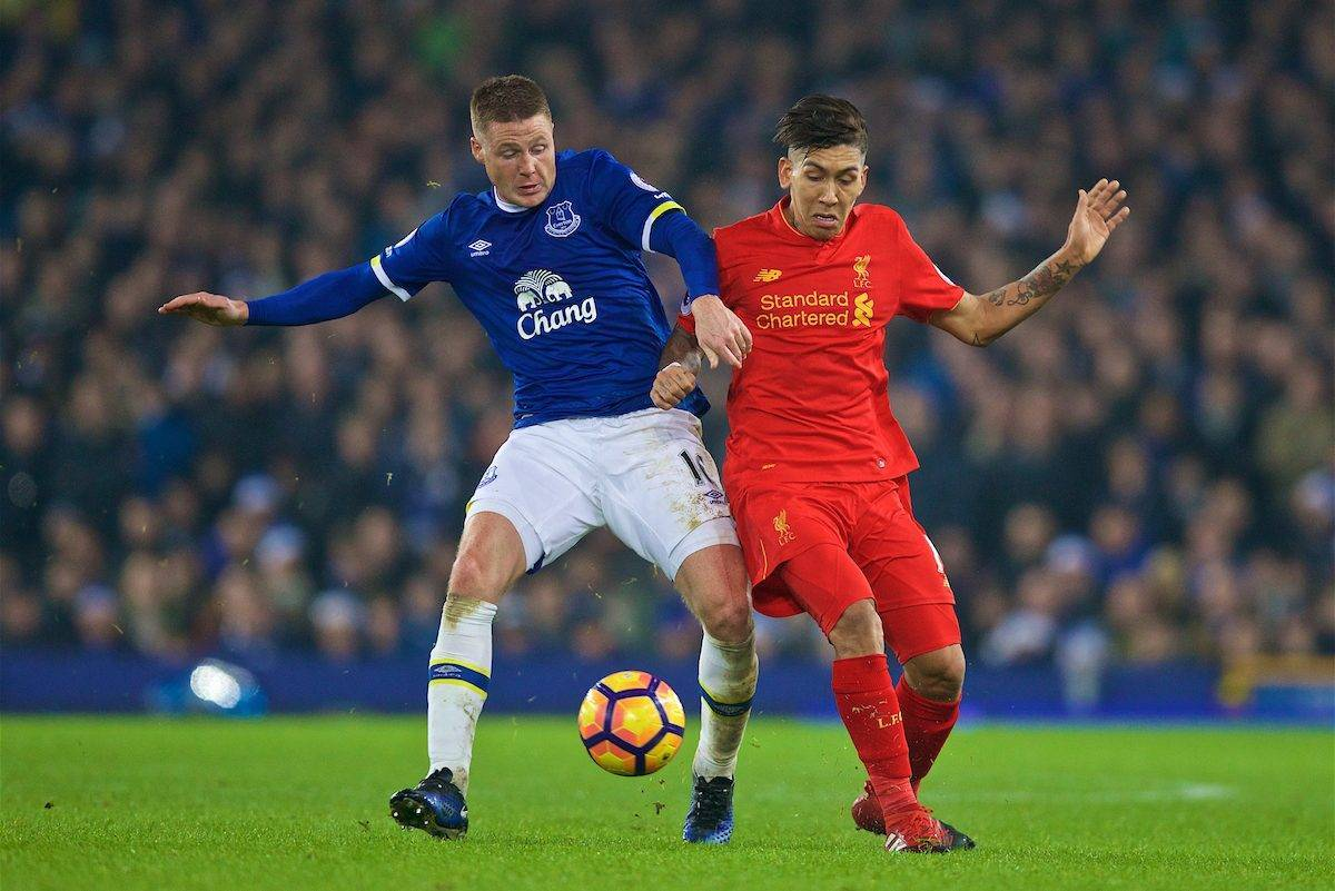 LIVERPOOL, ENGLAND - Monday, December 19, 2016: Liverpool's Roberto Firmino in action against Everton's James McCarthy during the FA Premier League match, the 227th Merseyside Derby, at Goodison Park. (Pic by David Rawcliffe/Propaganda)