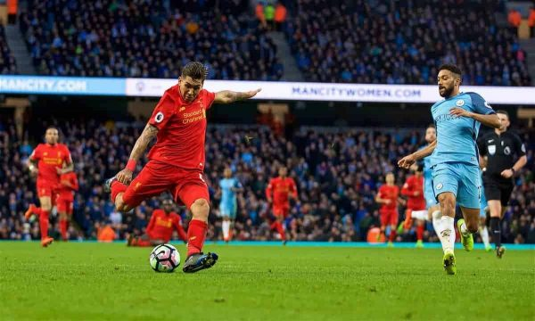 MANCHESTER, ENGLAND - Sunday, March 19, 2017: Liverpool's Roberto Firmino misses a chance against Manchester City during the FA Premier League match at the City of Manchester Stadium. (Pic by David Rawcliffe/Propaganda)