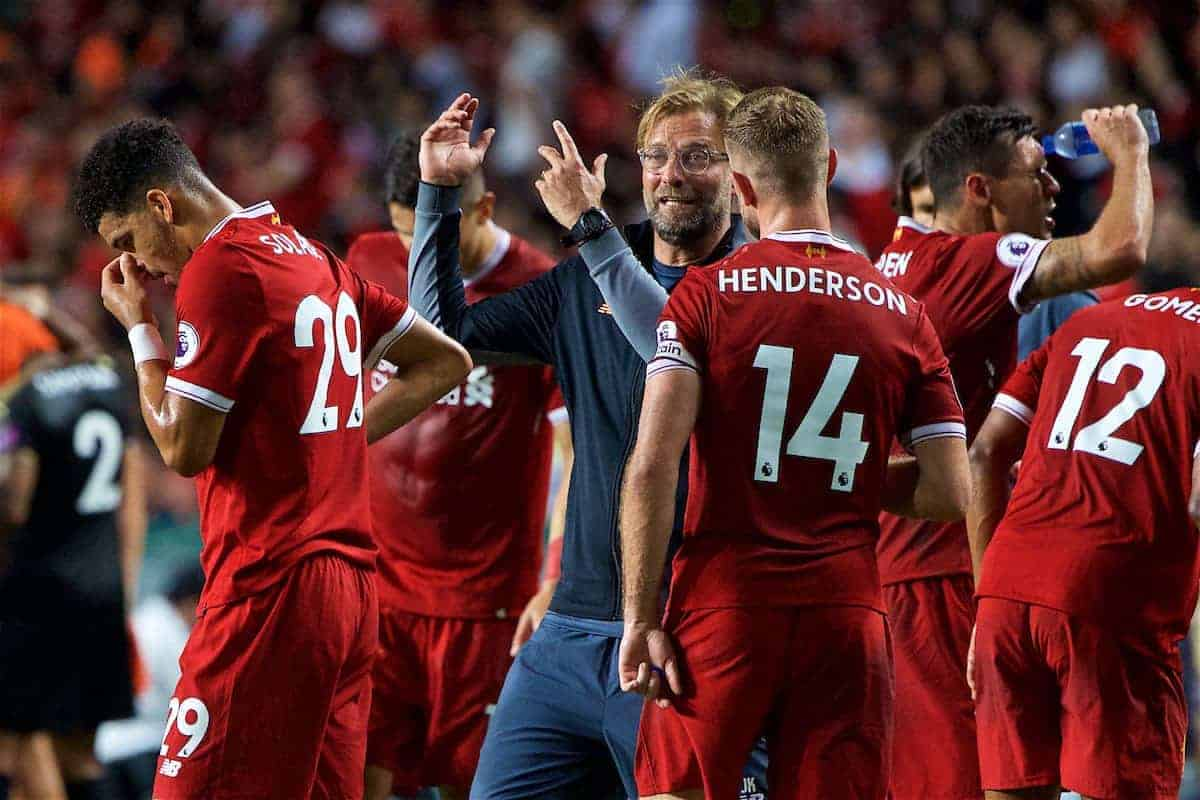 HONG KONG, CHINA - Saturday, July 22, 2017: Liverpool's manager Jürgen Klopp speaks with captain Jordan Henderson during a water break during the Premier League Asia Trophy final match between Liverpool and Leicester City at the Hong Kong International Stadium. (Pic by David Rawcliffe/Propaganda)