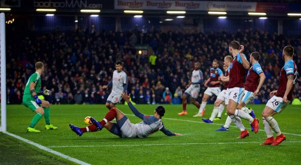 BURNLEY, ENGLAND - Wednesday, December 5, 2018: Liverpool's Virgil van Dijk sets-up Roberto Firmino for the second goal during the FA Premier League match between Burnley FC and Liverpool FC at Turf Moor. (Pic by David Rawcliffe/Propaganda)