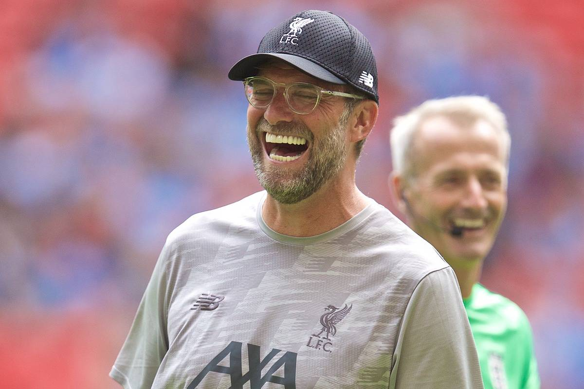 LONDON, ENGLAND - Sunday, August 4, 2019: Liverpool's manager Jürgen Klopp chats with referee Martin Atkinson during the pre-match warm-up before the FA Community Shield match between Manchester City FC and Liverpool FC at Wembley Stadium. (Pic by David Rawcliffe/Propaganda)