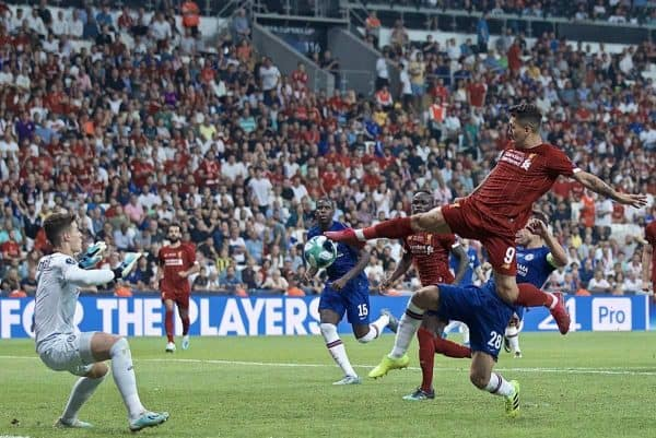 ISTANBUL, TURKEY - Wednesday, August 14, 2019: Liverpool's Roberto Firmino sets-up team-mate Sadio Mane for the first equalising goal during the UEFA Super Cup match between Liverpool FC and Chelsea FC at Besiktas Park. (Pic by David Rawcliffe/Propaganda)