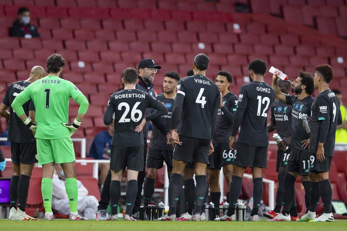 LONDON, ENGLAND - Tuesday, July 14, 2020: Liverpool's manager Jürgen Klopp speaks to his players during a water break during the FA Premier League match between Arsenal FC and Liverpool FC at the Emirates Stadium. The game was played behind closed doors due to the UK government's social distancing laws during the Coronavirus COVID-19 Pandemic. (Pic by David Rawcliffe/Propaganda)