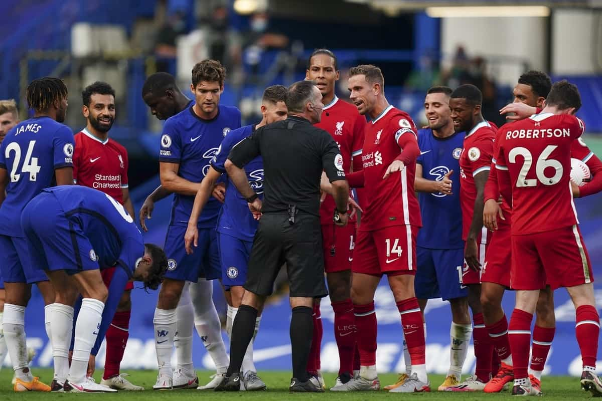 LONDON, ENGLAND - Sunday, September 20, 2020: Liverpool's captain Jordan Henderson and Virgil van Dijk speak with referee Paul Tierney during the FA Premier League match between Chelsea FC and Liverpool FC at Stamford Bridge. The game was played behind closed doors due to the UK government's social distancing laws during the Coronavirus COVID-19 Pandemic. (Pic by Propaganda)