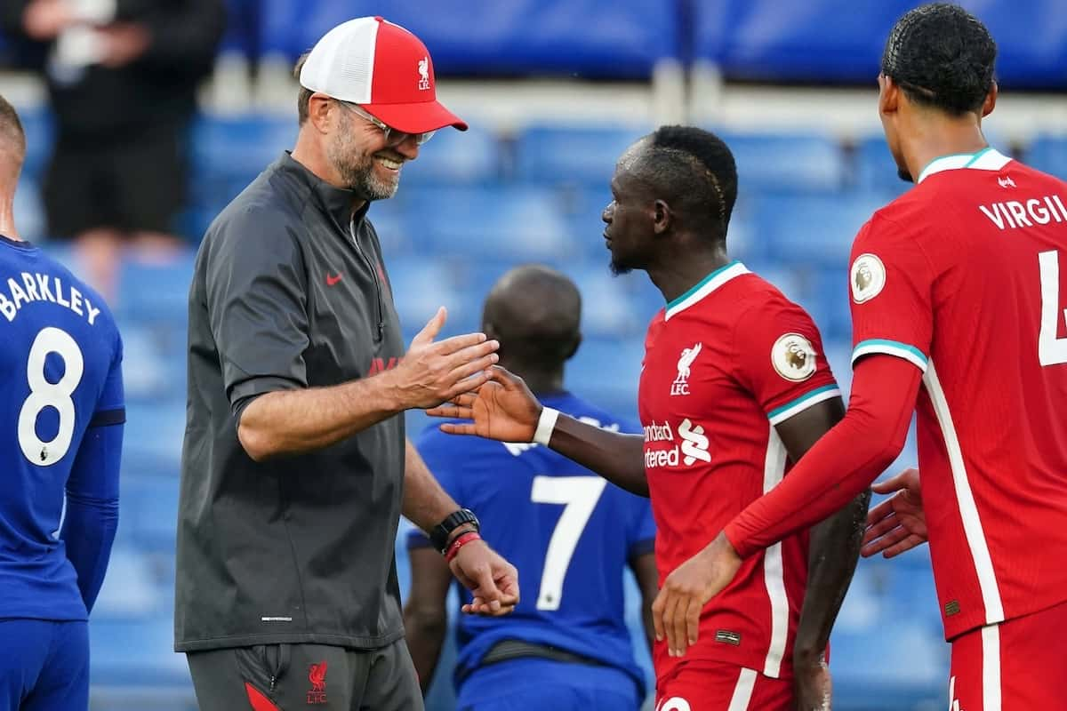 LONDON, ENGLAND - Sunday, September 20, 2020: Liverpool's manager Jürgen Klopp shakes hands with goal-scorer Sadio Mané after the FA Premier League match between Chelsea FC and Liverpool FC at Stamford Bridge. The game was played behind closed doors due to the UK government's social distancing laws during the Coronavirus COVID-19 Pandemic. (Pic by Propaganda)