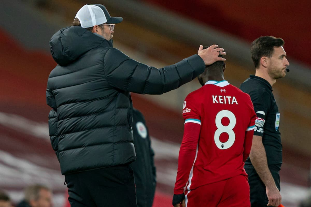LIVERPOOL, ENGLAND - Sunday, November 22, 2020: Liverpool's Naby Keita goes off with an injury past manager Jürgen Klopp during the FA Premier League match between Liverpool FC and Leicester City FC at Anfield. The game was played behind closed doors due to the UK government's social distancing laws during the Coronavirus COVID-19 Pandemic. (Pic by David Rawcliffe/Propaganda)
