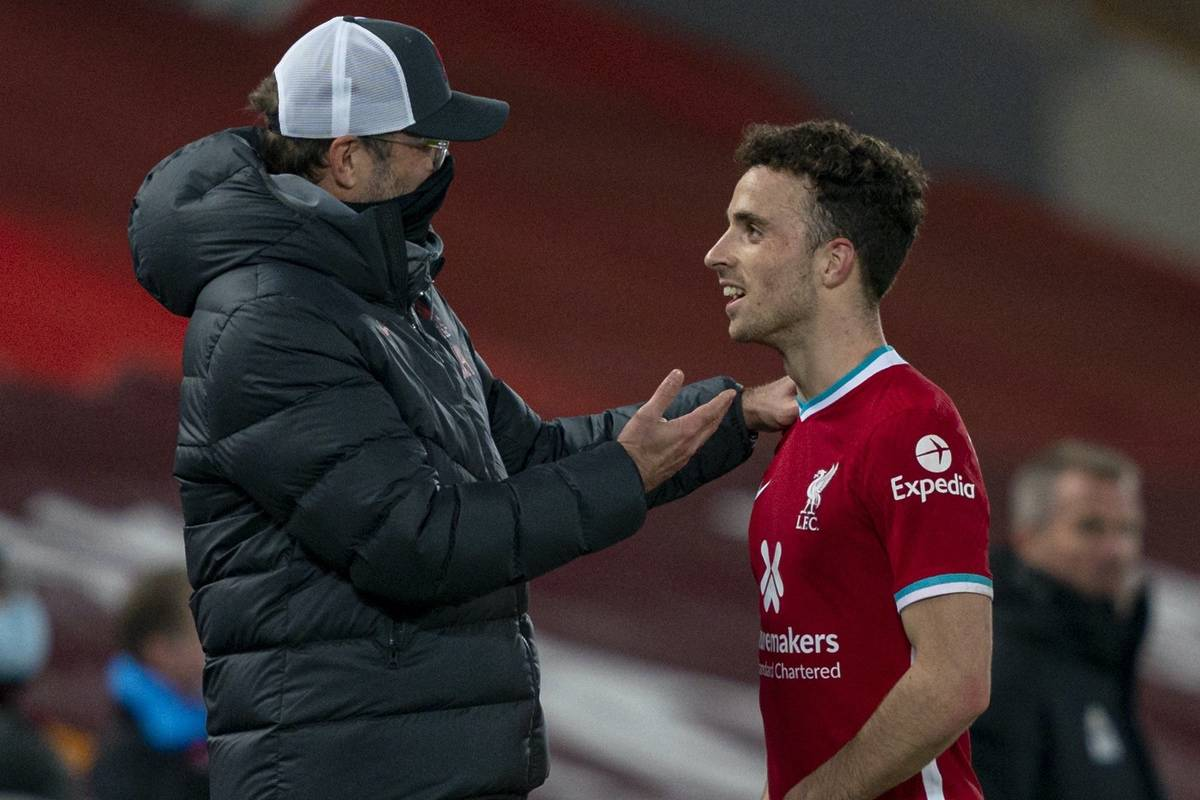 LIVERPOOL, ENGLAND - Sunday, November 22, 2020: Liverpool's manager Jürgen Klopp embraces goal-scorer Diogo Jota as he is substituted during the FA Premier League match between Liverpool FC and Leicester City FC at Anfield. The game was played behind closed doors due to the UK government's social distancing laws during the Coronavirus COVID-19 Pandemic. Liverpool won 3-0. (Pic by David Rawcliffe/Propaganda)