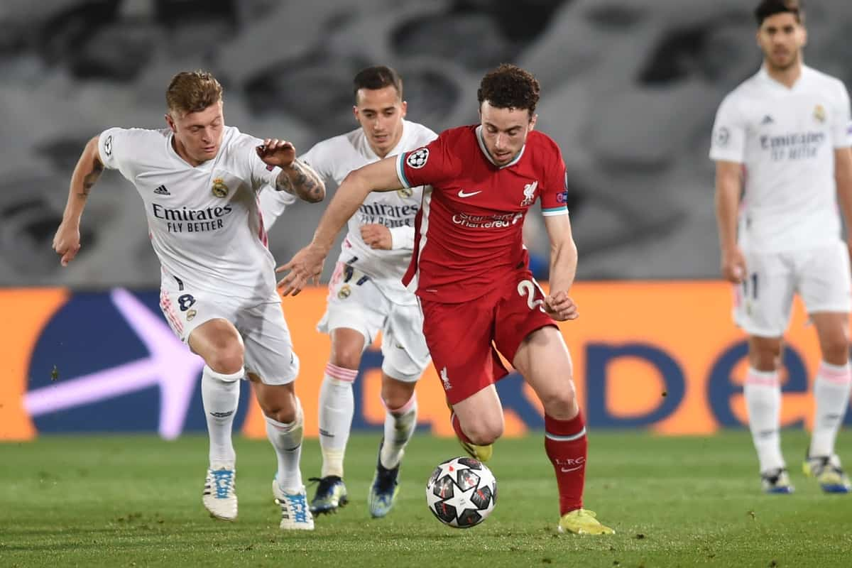 MADRID, SPAIN - Tuesday, April 6, 2021: Liverpool's Diogo Jota (R) gets away from Real Madrid's Toni Kroos during the UEFA Champions League Quarter-Final 1st Leg game between Real Madird CF and Liverpool FC at the Estadio Alfredo Di Stefano. (Pic by Propaganda)