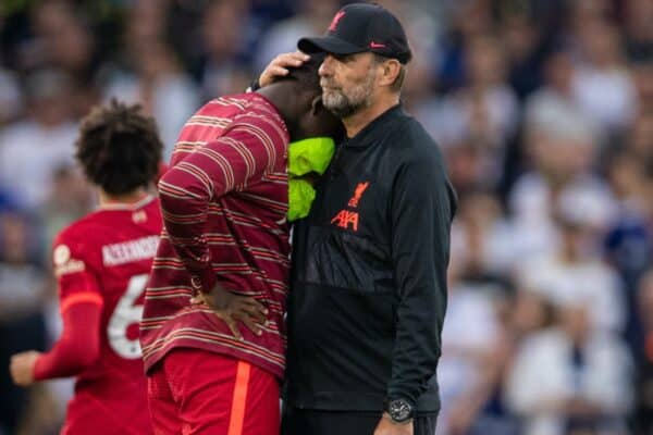 LEEDS, ENGLAND - Sunday, September 12, 2021: Liverpool's manager Jürgen Klopp consoles substitute Ibrahima Konaté after witnessing a bad injury to team-mate Harvey Elliott during the FA Premier League match between Leeds United FC and Liverpool FC at Elland Road. (Pic by David Rawcliffe/Propaganda)