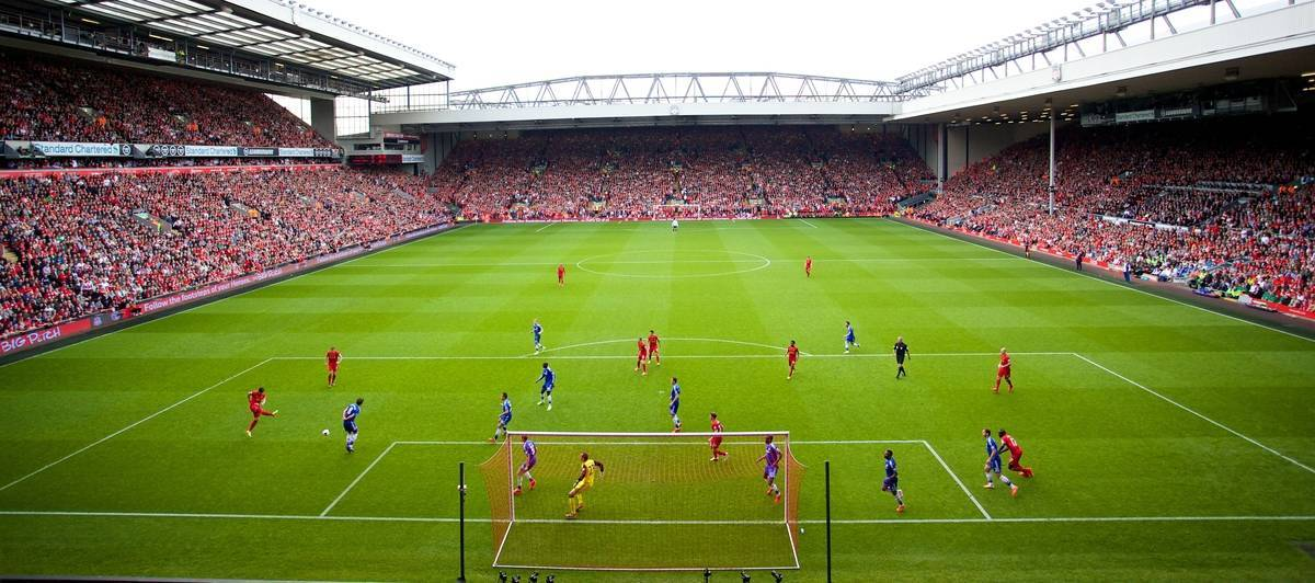 LIVERPOOL, ENGLAND - Sunday, April 27, 2014: Liverpool take on Chelsea, with all 11 players inside their own penalty area, during the Premiership match at Anfield. (Pic by David Rawcliffe/Propaganda)